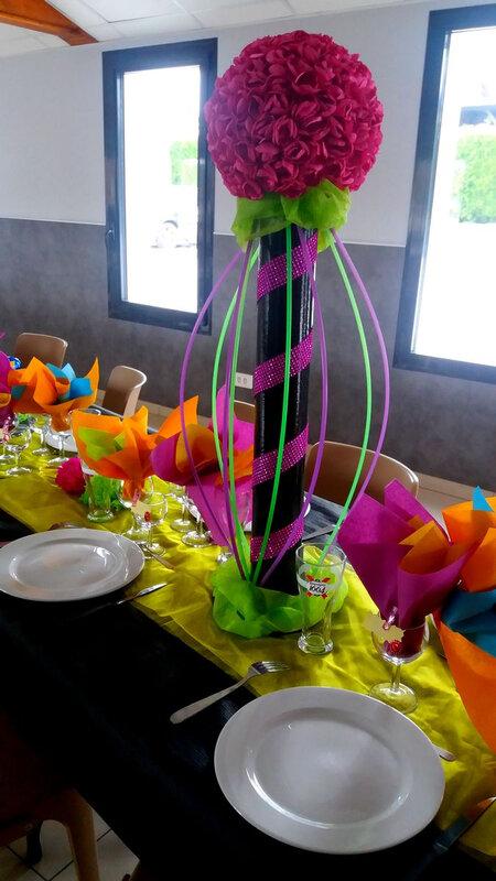 Centre de table fleurs année 80 disco fluo décoration de table
