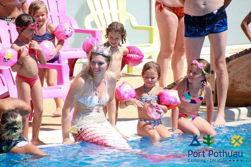 Freya la sirène au camping de Port-Porthuau entourée d'enfants