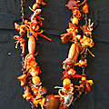 collier orange chiffonnettes, perles et pompom