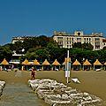 Sur la plage du grand hôtel des Bains.