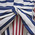 Ciré AGLAE en coton enduit écru rayé rouge et indigo fermé par un noeud dasn le même tissu (4)
