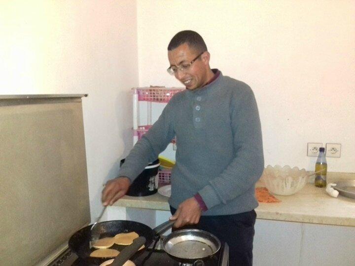 Tijani aussi veille à la cuisson