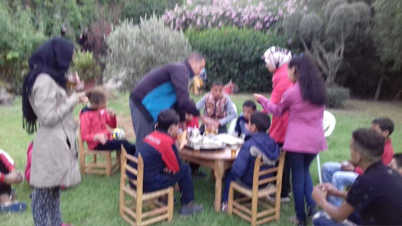 Abdelkrim apporte et verse le thé