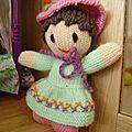Deux petites poupées tricotées