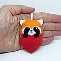 Panda roux dans un coeur en feutrine