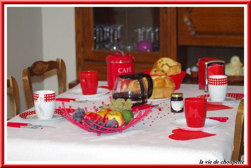 table petit déj rouge et blanche-22