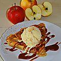 Tarte aux pommes servie tiède, caramel au beurre salé et crème glacée vanille