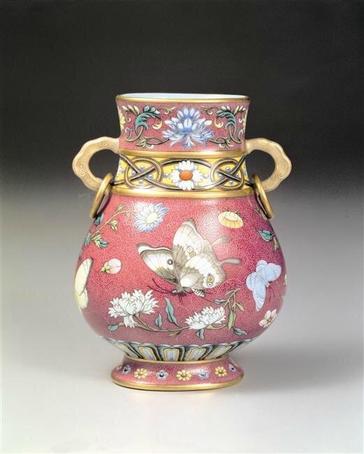 Vase à décor de brocard de fleurs et de papillons sur fond rouge, famille rose, Chine, Règne De Qianlong (1736-1795). Hauteur : 0.136 m. K1B007374N. Taipei, Musée national du Palais, Taïwan. Photo (C) National Palace Museum, Taipei, Taïwan, Dist. RMN-Grand