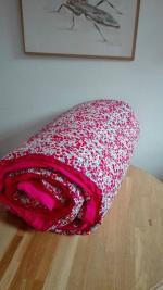 Plaid-Edredon en Liberty wiltshire rouge et fushia, dos coton fushia et passepoil rouge 100X150 cm (1)