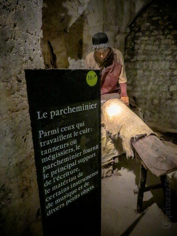 le parcheminier fournit le principal support de l'écriture Cité Médiévale de Provins (4)