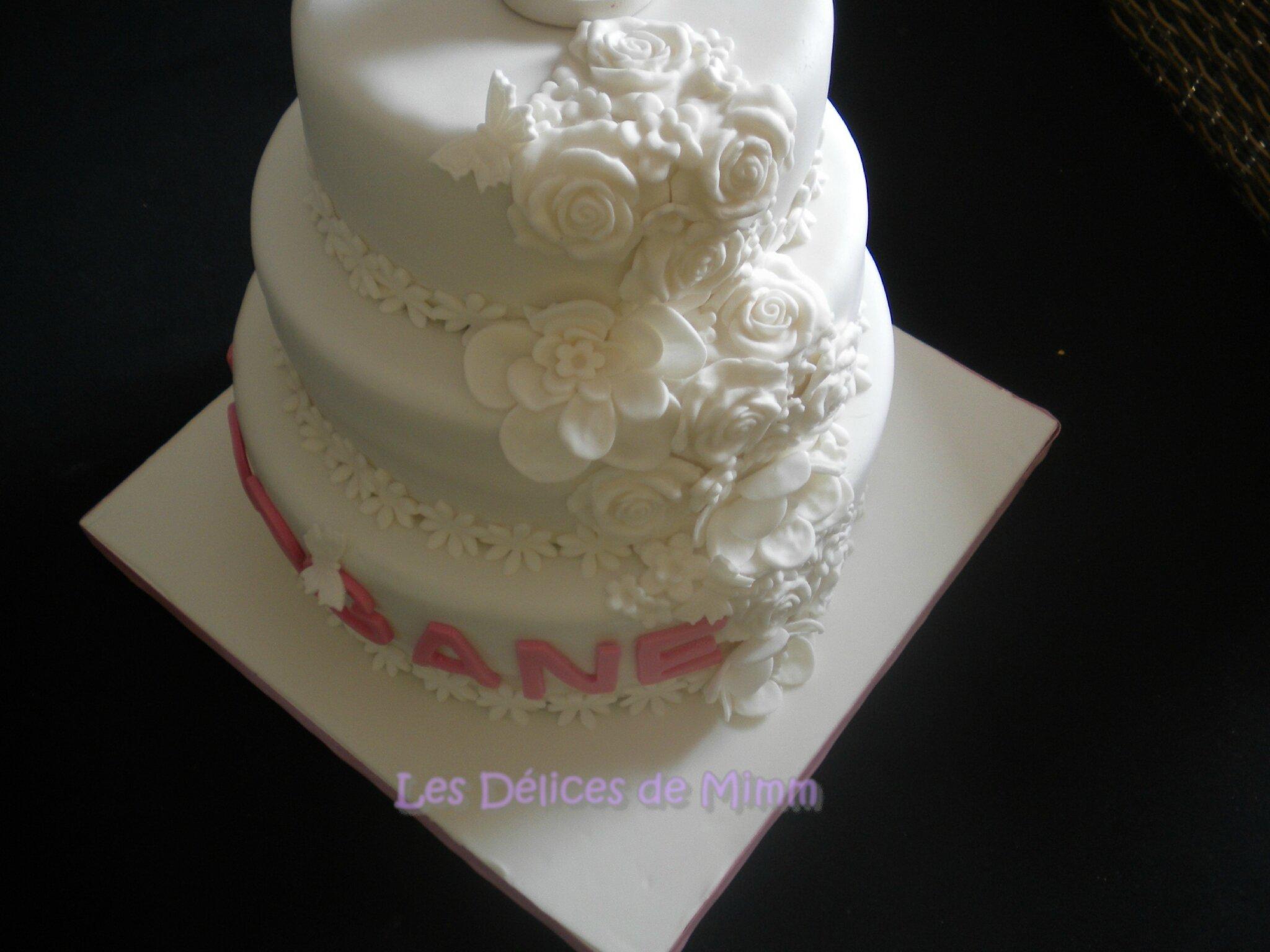 Un gâteau de communion tout blanc en pâte à sucre 14