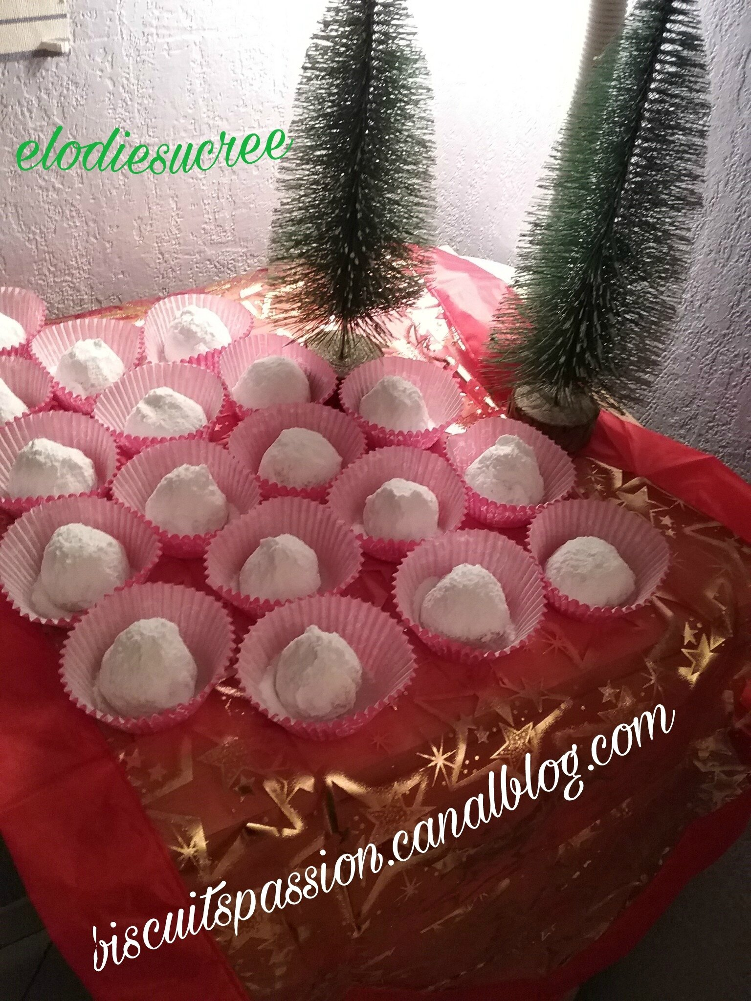 KOURABIEDES ( Sablés Grecs de Noël), à la cardamone et aux morceaux d'amandes grillées