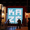 Ecran géant sur le stand Kaze