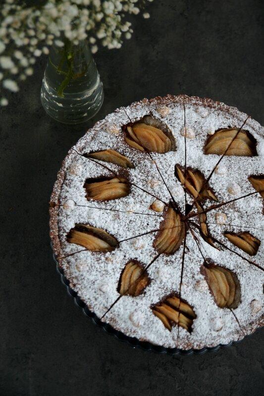 tarte au chocolat, poires et noisettes