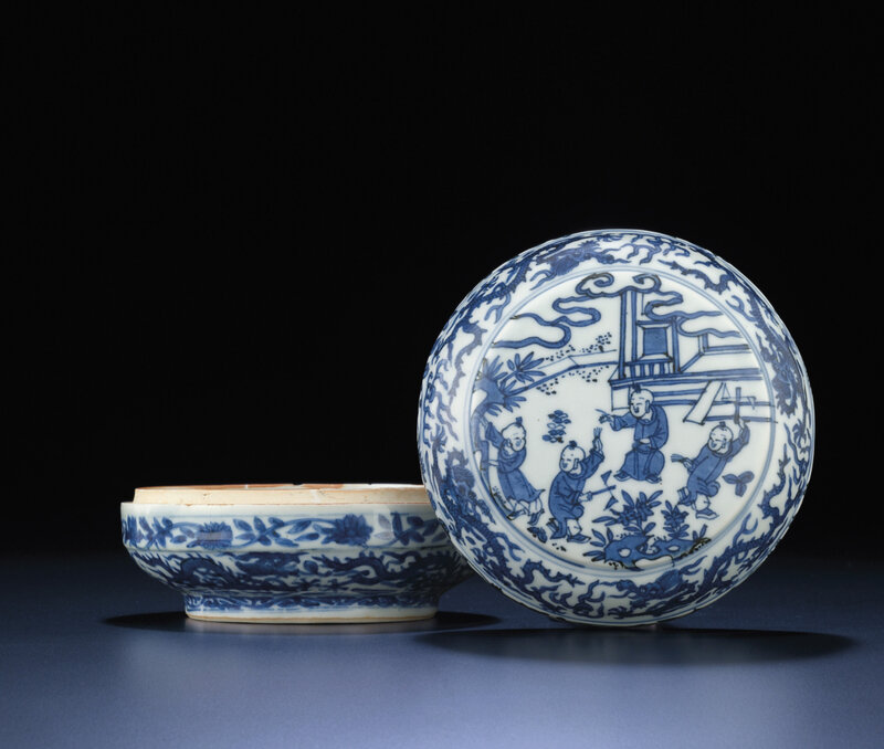 A blue and white circular box and cover, Wanli six-character mark within double-circles and of the period (1573-1619)