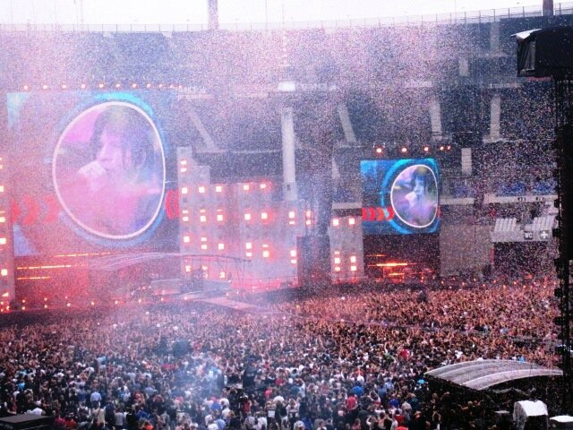 Indochine sous une pluie de confettis au Stade de France ©Kid Friendly