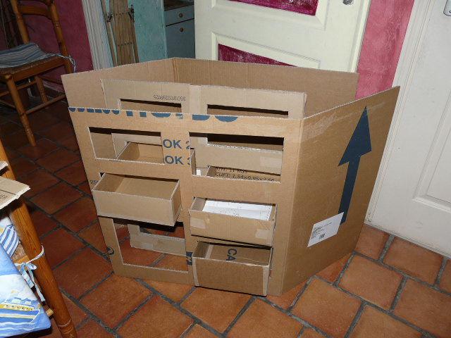 meuble en carton bienvenue chez la gu pe grise. Black Bedroom Furniture Sets. Home Design Ideas