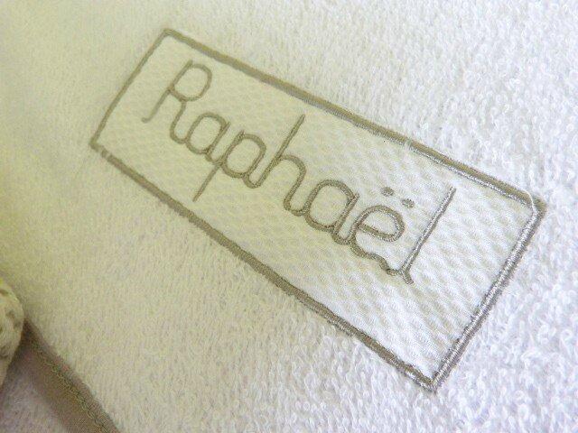 Détail broderie étiquette cape de bain brodée Raphaël