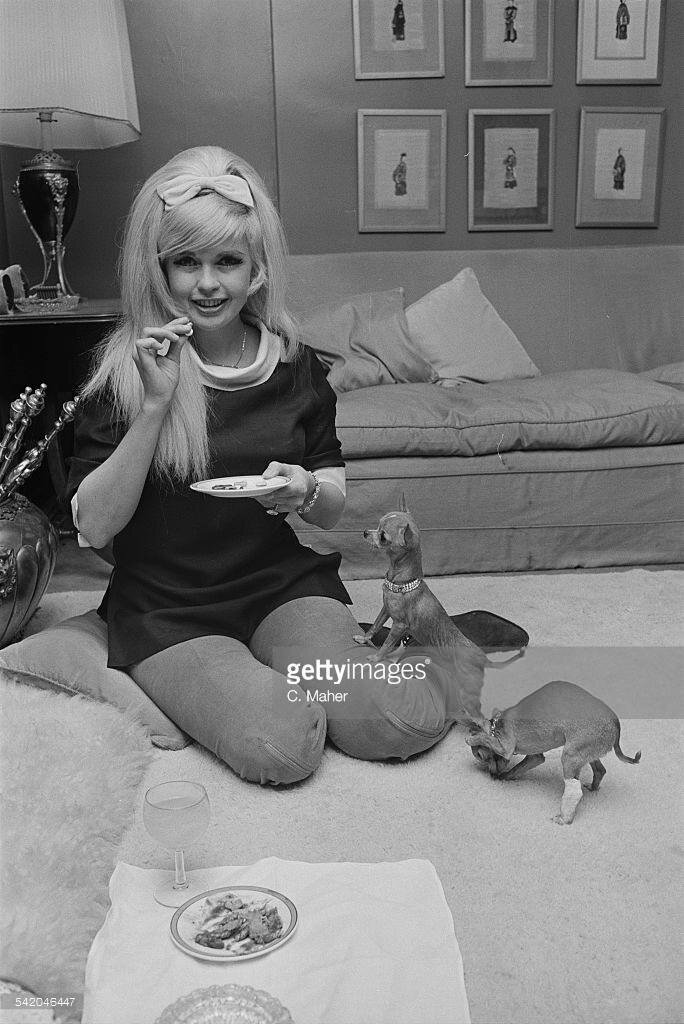 jayne-1967-04-10-london-mayfair_hotel-1