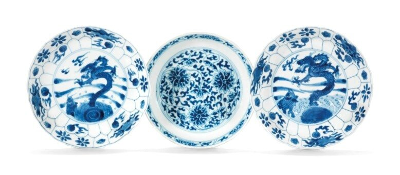 2017_CKS_13982_0086_000(a_pair_of_blue_and_white_dragon_and_carp_dishes_and_a_lotus_dish_kangx)