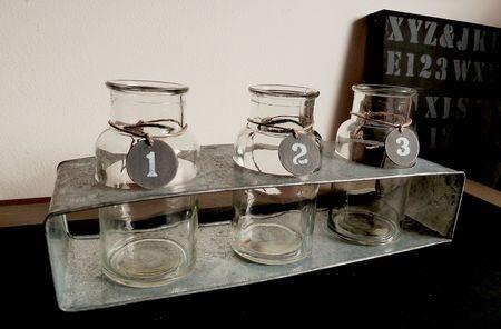 Flacons en verre numérotés sur reposoir en zinc
