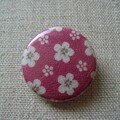 badge rose fleurs blanches