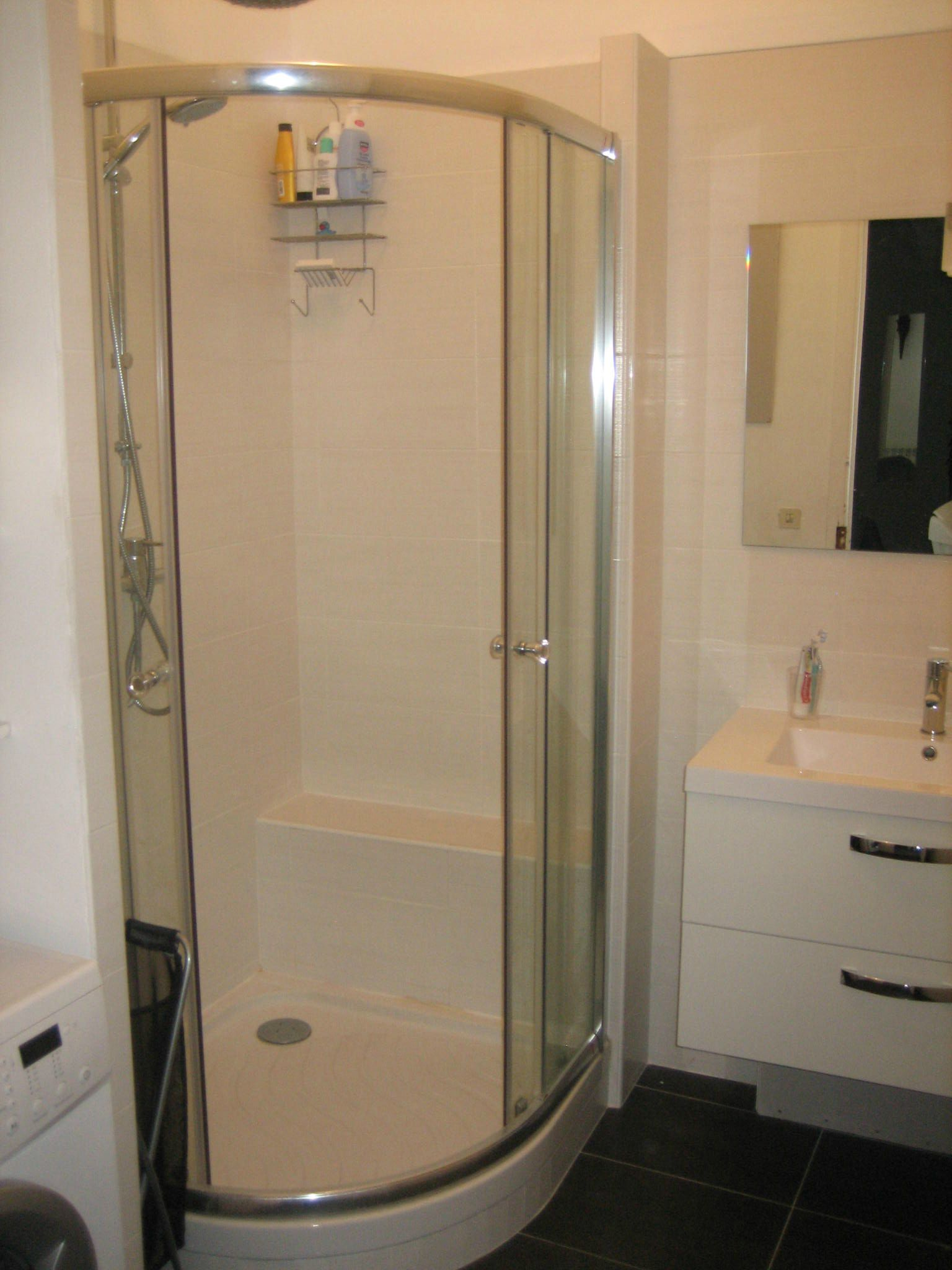 salle de bain quip e douche vier radiateur s che. Black Bedroom Furniture Sets. Home Design Ideas