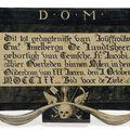 Panneau funéraire à décor peint d'une vanité, de chutes de fleurs, quartefeuilles, d'un voile, des initiales D. O. M. et d'une épitaphe. Flandres, XVIIIe siècle.