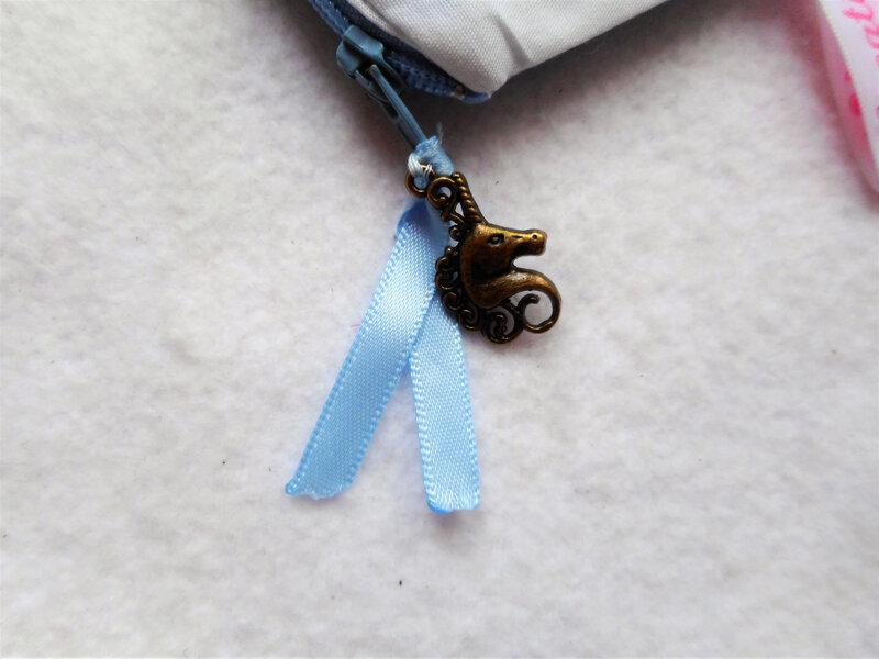 Trousse licorne bleu nuages breloque