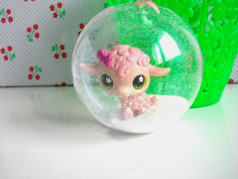 diy-boule-noël-figuine-animal-mouton-petshop-rose-paillette