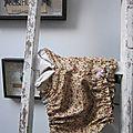 Culotte BIANCA en coton ocre-beige fleuri rose - coton ocre-beige fleuri et coton uni beige dans le dos - noued de mousseline rose devant et sur les fesses (6)