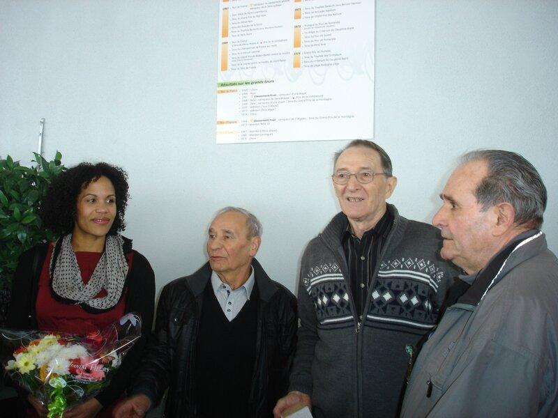 Cb Roger Pingeon entouré par Amélie Goudjo, Joseph Carrara, Henri Anglade