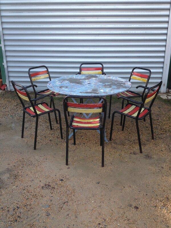 grande table jardin chaises et fauteuils Tolix