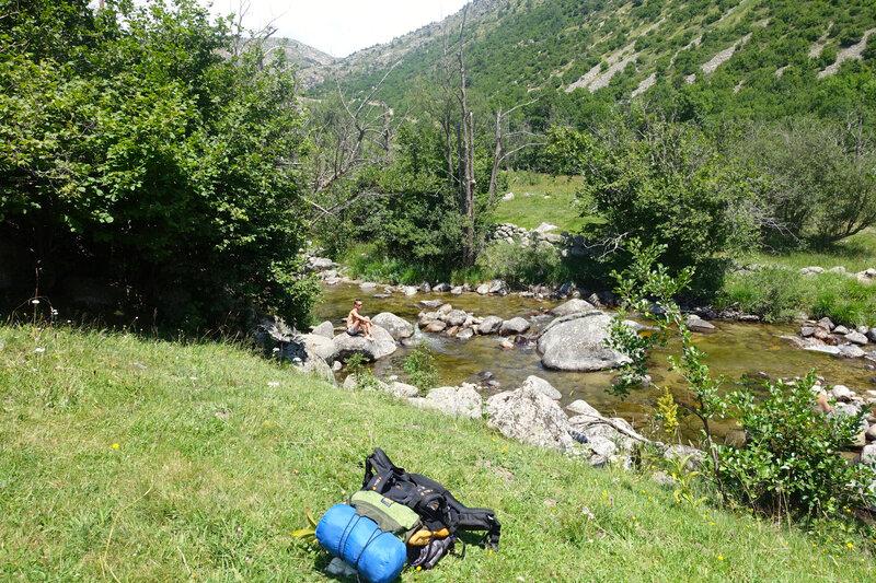 Pause pique-nique près du ruisseau