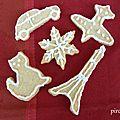 Petits biscuits sablés de pourim avec glaçage royal