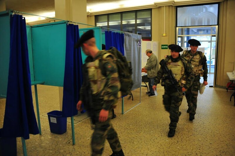 des-soldats-en-arme-dans-un-bureau-de-vote-a-aix-les-bains