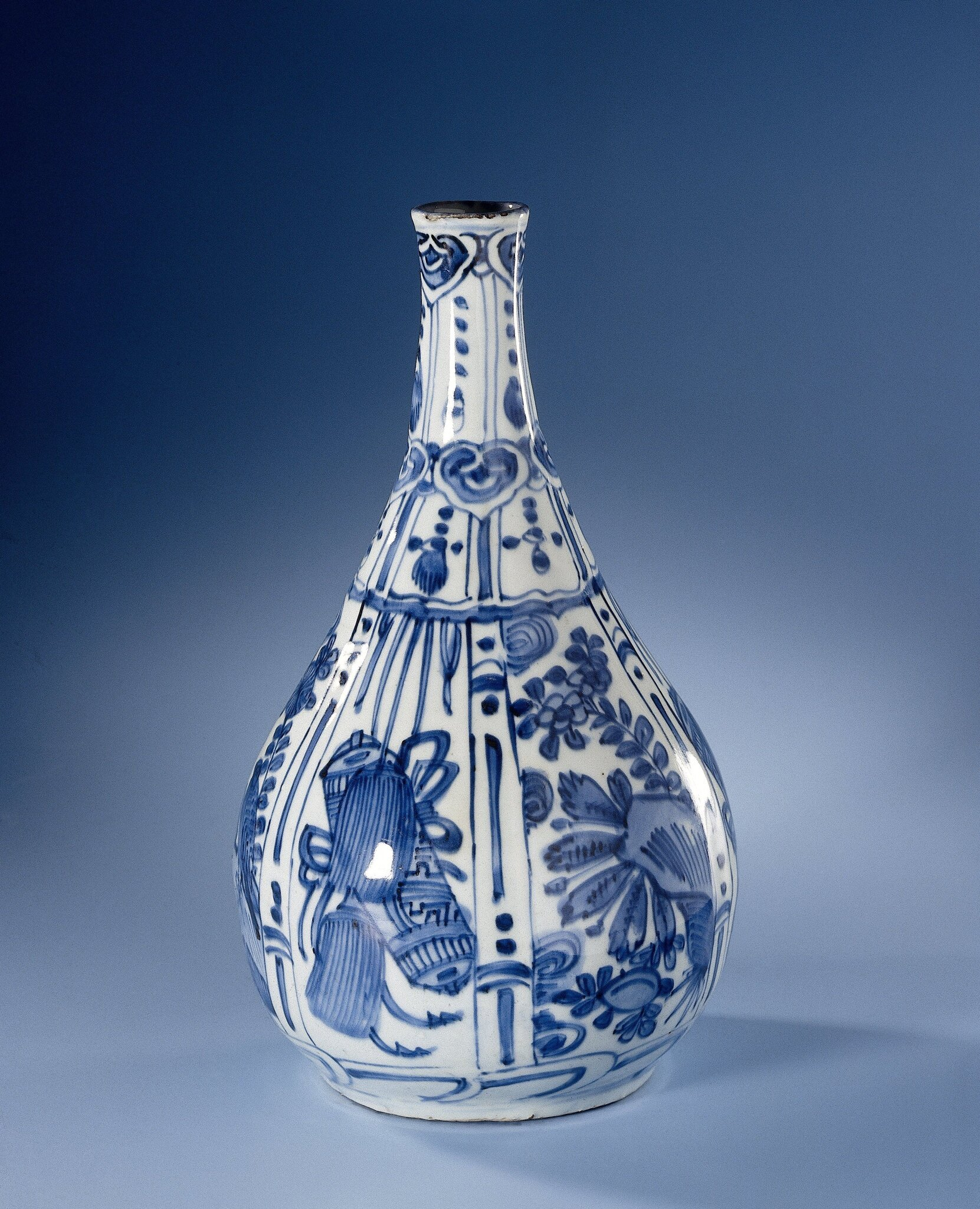 Blue_and_white_pear_shaped_bottle__Wanli_period__1573_1619___1600_1650