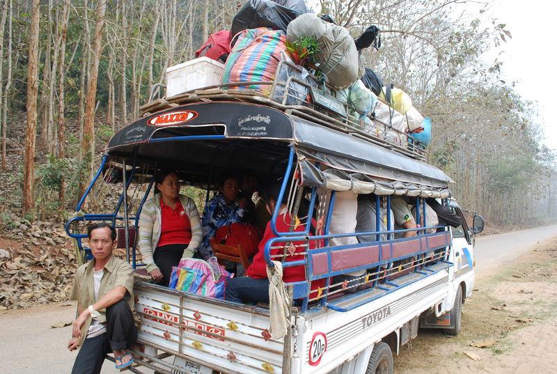 Sawng_thaew__sur_la_route_de__Nong_Khiaw