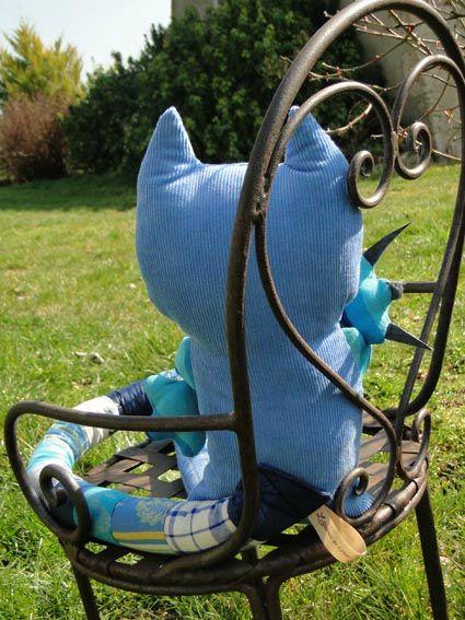 chat bleu dos