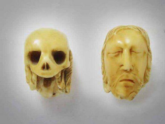 Grain de chapelet en ivoire figurant le Christ sur une face, et une tête de mort sur l'autre. XIXe siècle.