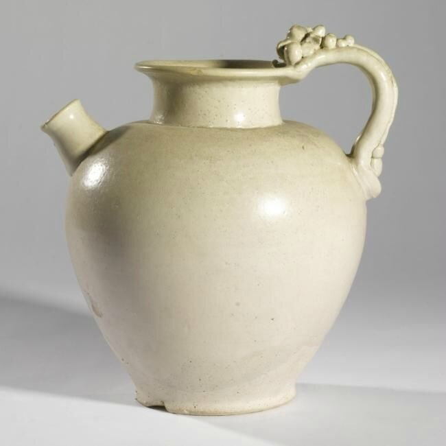 A white-glazed pottery ewer, Tang dynasty (618-907)