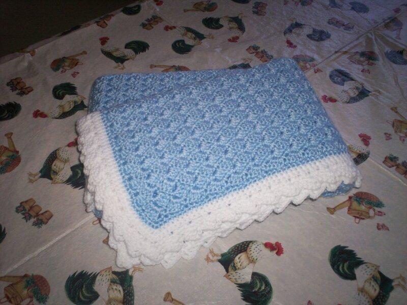 couverture au crochet bleu et blanc photo de couvertures pour b b daisy partage sa retraite. Black Bedroom Furniture Sets. Home Design Ideas
