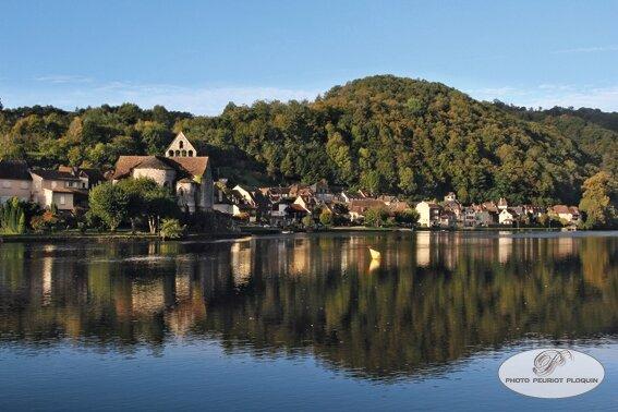 BEAULIEU_SUR_DORDOGNE_plan_d_eau_sur_la_Dordogne_chapelle_des_Penitents_le_port_haut_et_le_quai_Fromentez