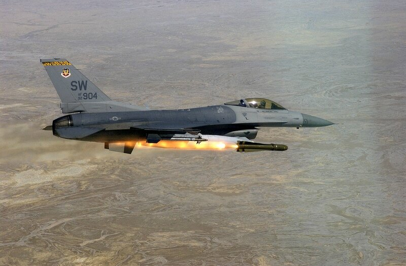 F-16_Fighting_Falcon_launching_AGM-65D_Maverick_during_Combat_Hammer_2002
