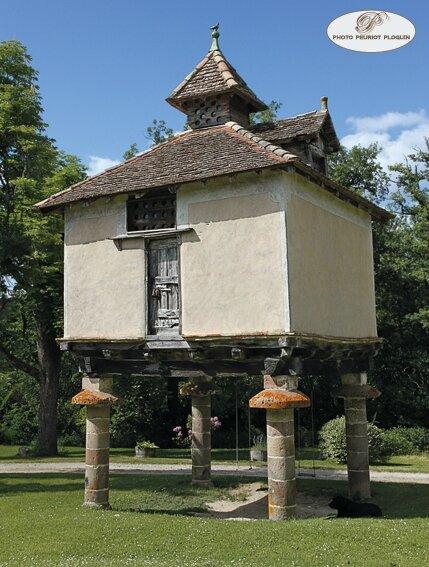 CASTELNAU_DE_MONTMIRAL_Chateau_de_MAYRAGUES_pigeonnier