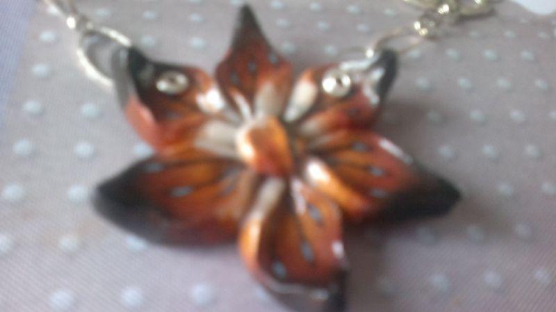 pendentif fleur dorée