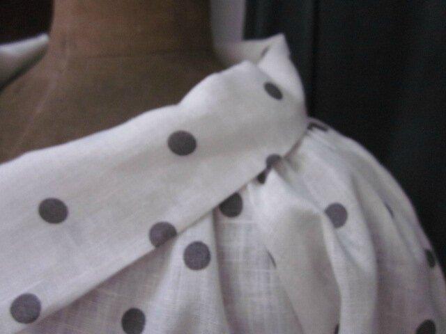 Veste BLANCHE en lin blanc cassé à pois gris fermée par un bouton de nacre (17)