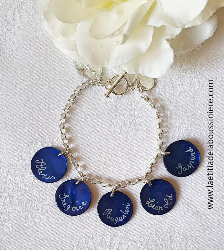 Bracelet personnalisé sur chaîne argent massif maille classique avec 5 médailles en nacre gravées - 76 €
