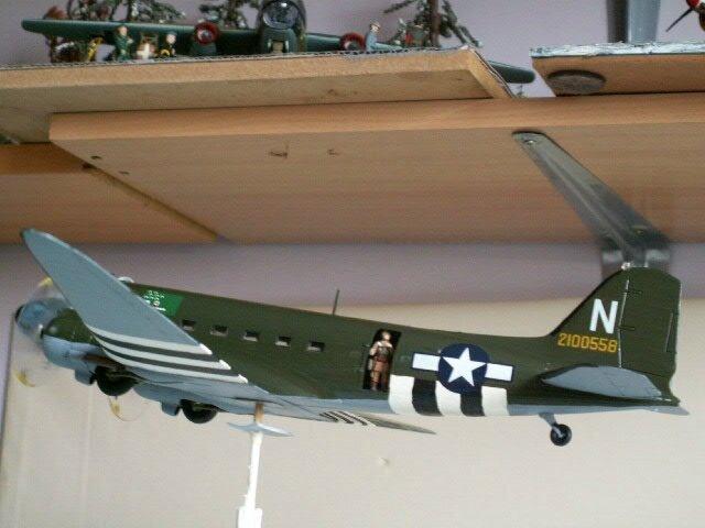 avion DOUGLAS C-47 SKYTRAIN ET LES PARACHUTISTES (13)