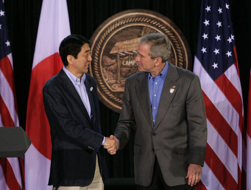 President Bush and Prime Minister Abe of Japan Participate in a Joint Press Availability at Camp David (27 avril 2007, auteur:author White House photo by Joyce N